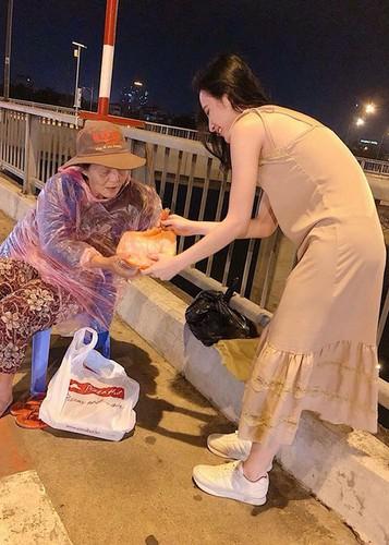 Hot Face sao Viet 24h: Dam Thu Trang mim cuoi hanh phuc-Hinh-4