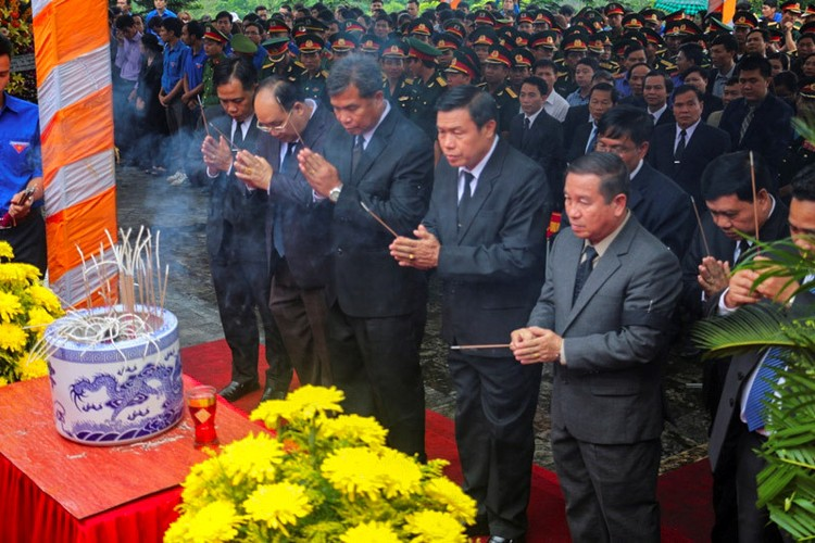 Xuc dong le an tang 12 hai cot liet si hy sinh tai Lao ve dat me-Hinh-3