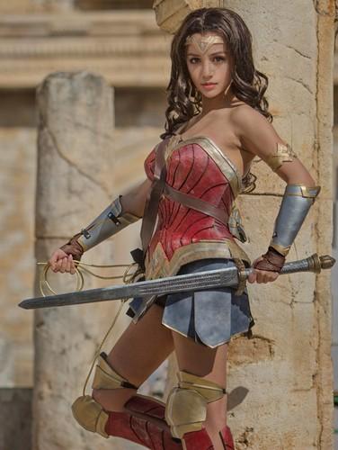 Ngo ngang co gai cosplay Wonder Woman dep khong kem ban goc-Hinh-10