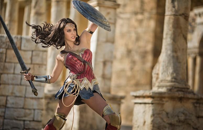 Ngo ngang co gai cosplay Wonder Woman dep khong kem ban goc-Hinh-2