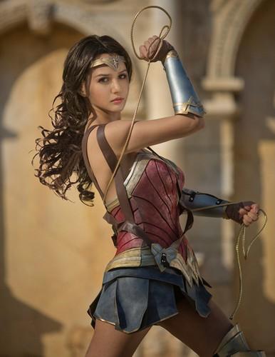 Ngo ngang co gai cosplay Wonder Woman dep khong kem ban goc-Hinh-5