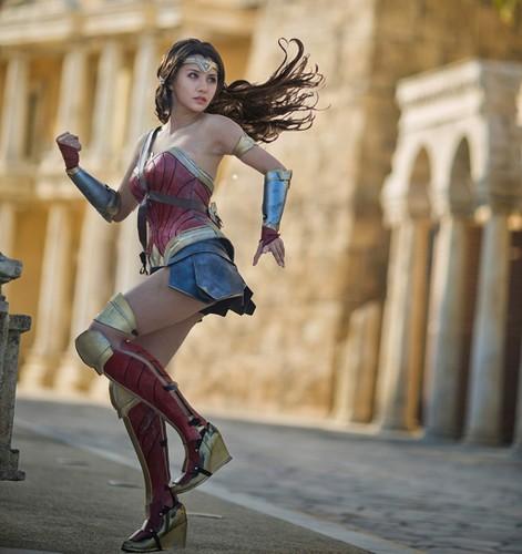 Ngo ngang co gai cosplay Wonder Woman dep khong kem ban goc-Hinh-6
