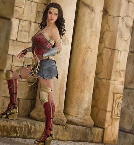 Ngo ngang co gai cosplay Wonder Woman dep khong kem ban goc-Hinh-8