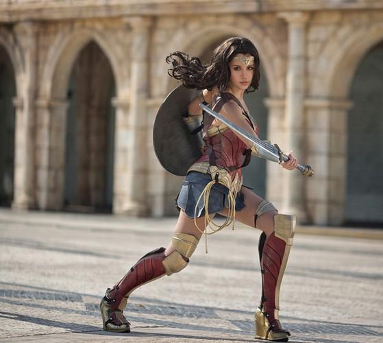 Ngo ngang co gai cosplay Wonder Woman dep khong kem ban goc-Hinh-9