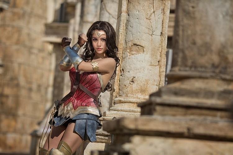 Ngo ngang co gai cosplay Wonder Woman dep khong kem ban goc