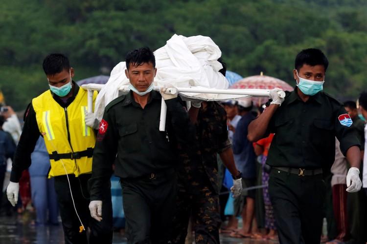 Nuoc mat trong le hoa thieu nan nhan vu roi may bay Myanmar-Hinh-6