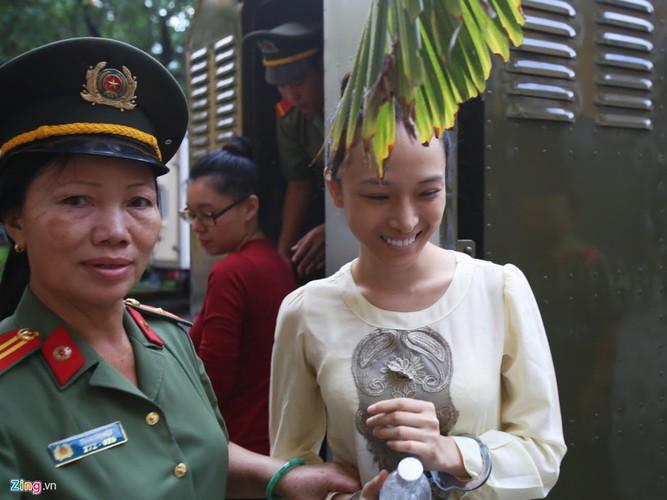 Anh: Hoa hau Phuong Nga cuoi tuoi nhu hoa truoc khi vao xet xu-Hinh-2
