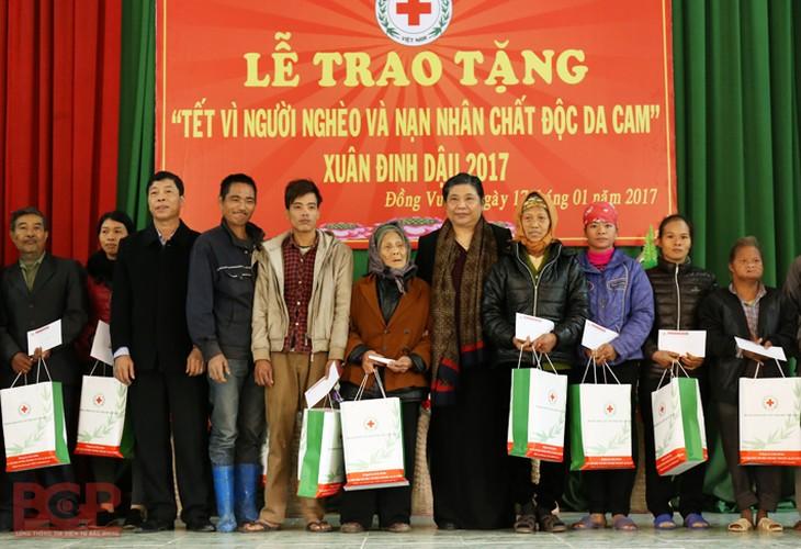 Hinh anh dep cac chinh khach tang qua Tet cho nguoi dan-Hinh-11