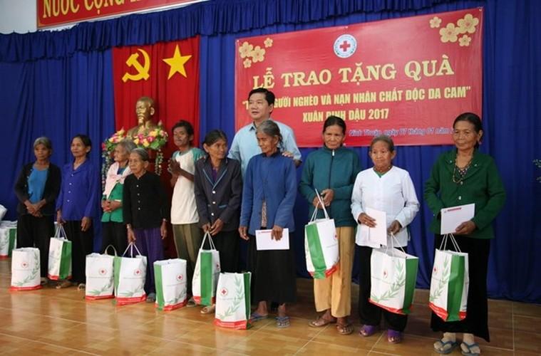 Hinh anh dep cac chinh khach tang qua Tet cho nguoi dan-Hinh-13