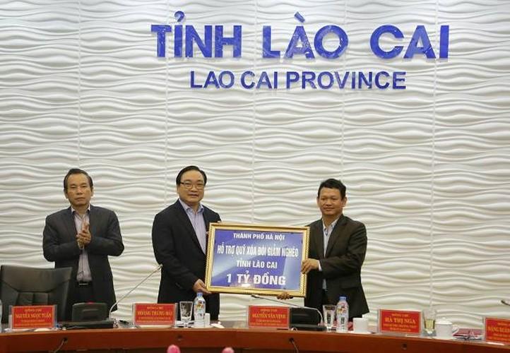 Hinh anh dep cac chinh khach tang qua Tet cho nguoi dan-Hinh-15