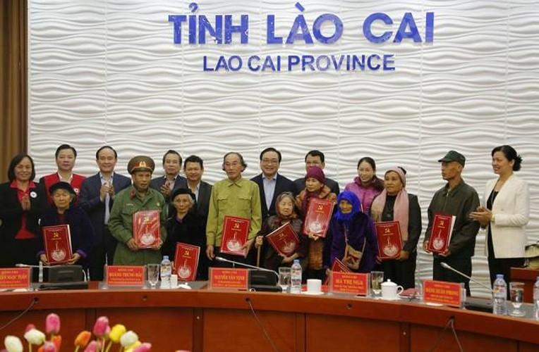 Hinh anh dep cac chinh khach tang qua Tet cho nguoi dan-Hinh-16