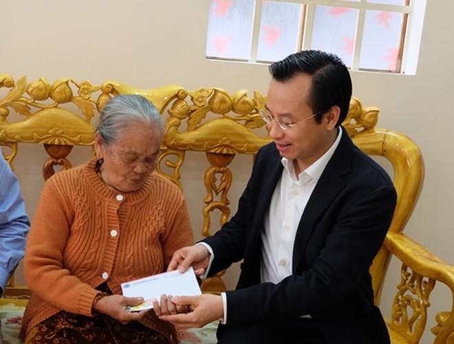 Hinh anh dep cac chinh khach tang qua Tet cho nguoi dan-Hinh-18