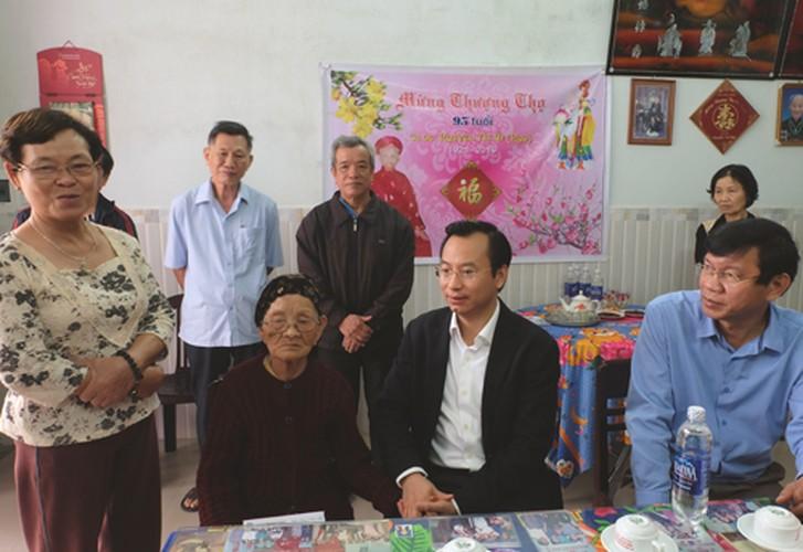 Hinh anh dep cac chinh khach tang qua Tet cho nguoi dan-Hinh-19