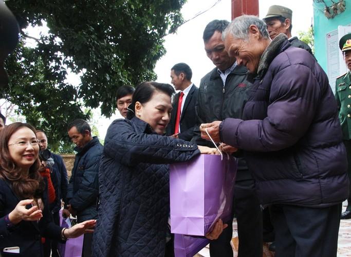 Hinh anh dep cac chinh khach tang qua Tet cho nguoi dan-Hinh-3