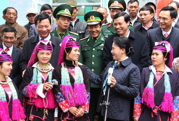 Hinh anh dep cac chinh khach tang qua Tet cho nguoi dan-Hinh-4