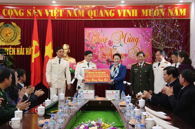 Hinh anh dep cac chinh khach tang qua Tet cho nguoi dan-Hinh-5