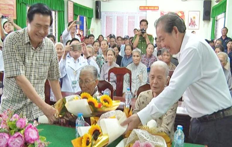 Hinh anh dep cac chinh khach tang qua Tet cho nguoi dan-Hinh-6
