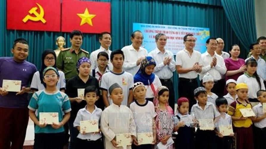 Hinh anh dep cac chinh khach tang qua Tet cho nguoi dan-Hinh-8