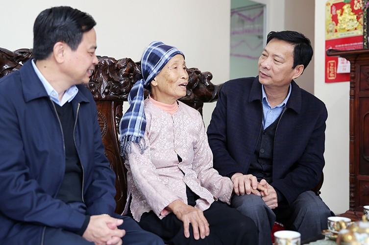 Hinh anh dep cac chinh khach tang qua Tet cho nguoi dan-Hinh-17