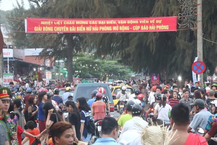 """Bai tam Do Son """"vo tran"""" vi hang nghin khach do ve-Hinh-9"""