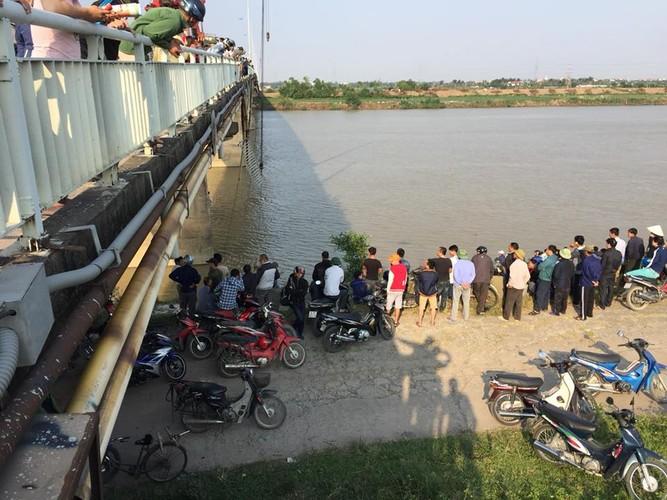 Hien truong vu tai nan hi huu xe ben lao song Kinh Thay-Hinh-4