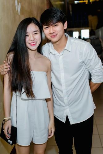 Hoai Lam va ban gai Bao Ngoc tay trong tay di dien-Hinh-2