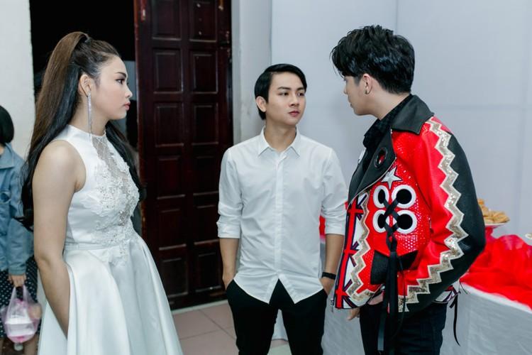 Hoai Lam va ban gai Bao Ngoc tay trong tay di dien-Hinh-4
