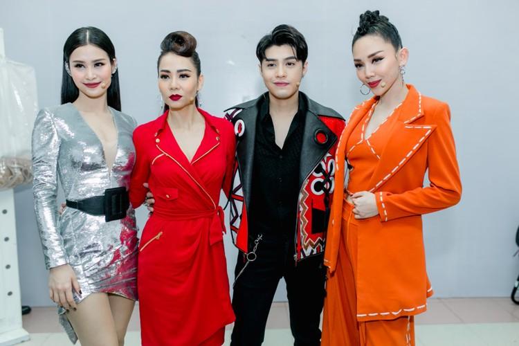 Hoai Lam va ban gai Bao Ngoc tay trong tay di dien-Hinh-9