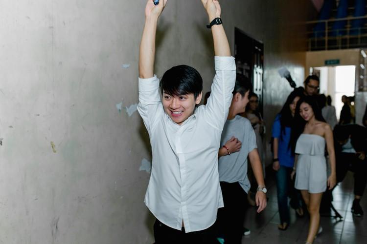 Hoai Lam va ban gai Bao Ngoc tay trong tay di dien