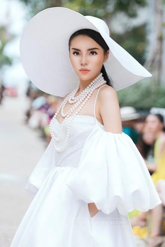 Angela Phuong Trinh va ban trai ra Phu Quoc xem show thoi trang-Hinh-7