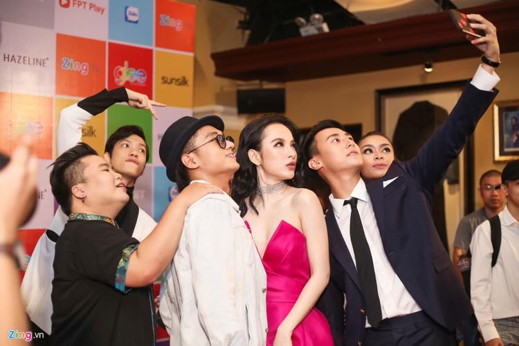 Angela Phuong Trinh tinh tu ben dan trai dep tai su kien-Hinh-5