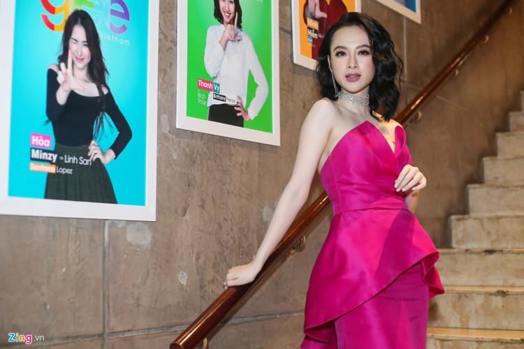 Angela Phuong Trinh tinh tu ben dan trai dep tai su kien