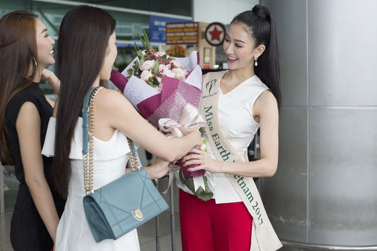 Ha Thu mang theo 10 kien hanh ly den Philippines thi Miss Earth-Hinh-6