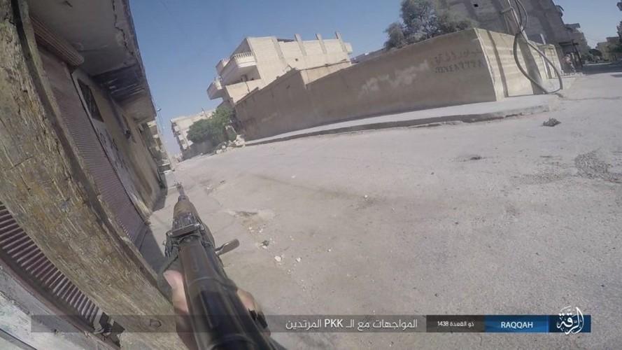 Anh: IS dien cuong chong tra du bi bao vay o Raqqa-Hinh-6