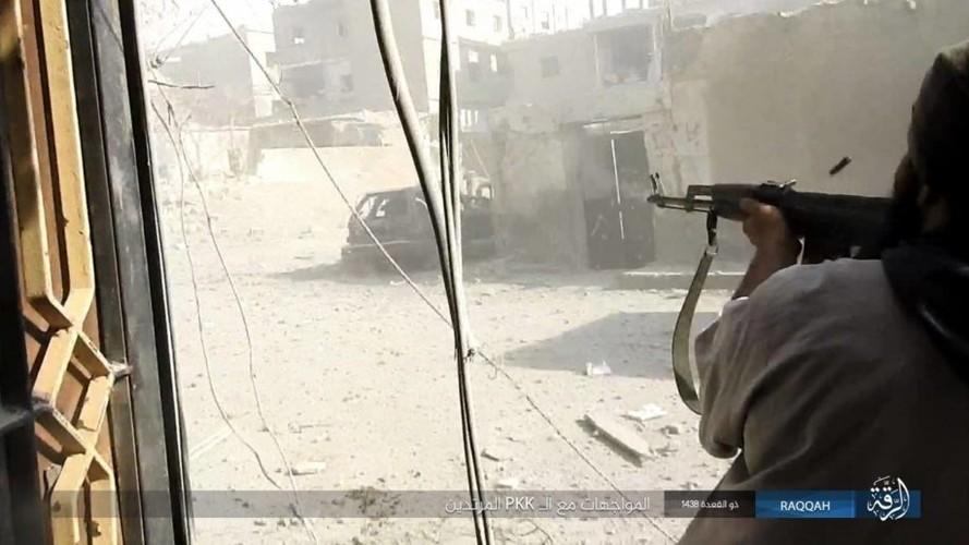 Anh: IS dien cuong chong tra du bi bao vay o Raqqa-Hinh-7