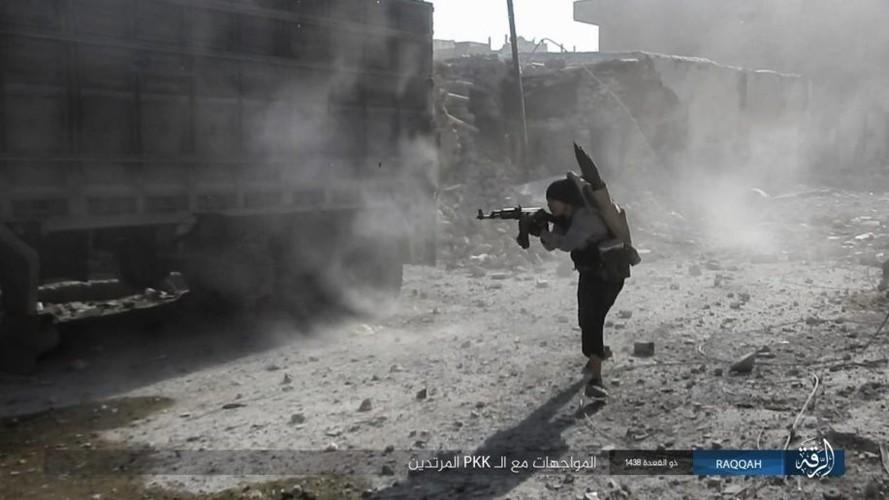 Anh: IS dien cuong chong tra du bi bao vay o Raqqa-Hinh-8