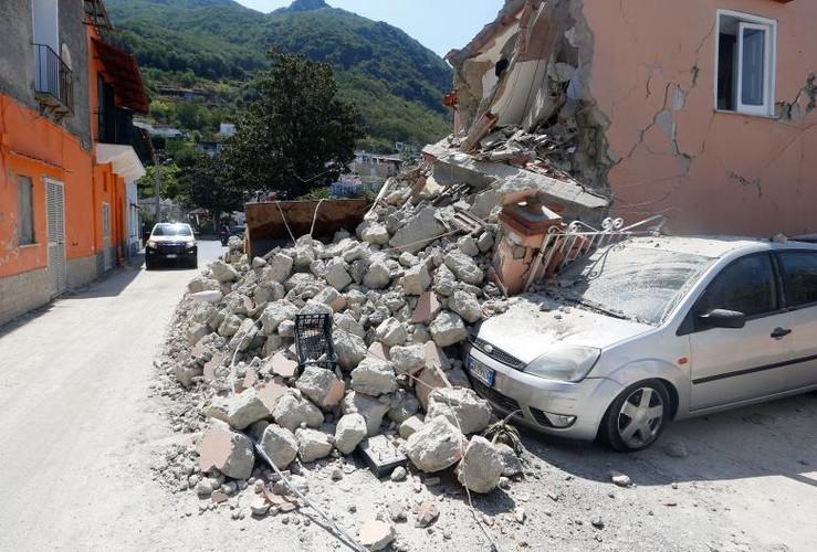 Hien truong tan hoang sau dong dat o dao nghi duong Italy-Hinh-11