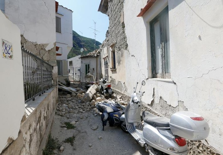 Hien truong tan hoang sau dong dat o dao nghi duong Italy-Hinh-14