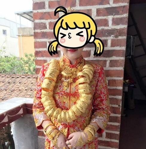 Co dau Trung Quoc deo vang day nguoi trong dam cuoi gay xon xao