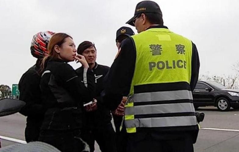 """Chan dai cuoi mo to khung bi CSGT """"hoi tham"""" la ai?-Hinh-2"""
