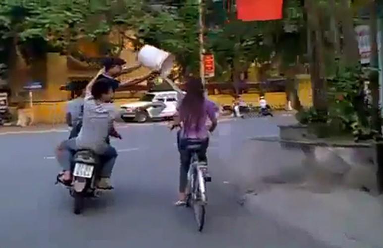 """Thieu nu mac mat me ra duong bi thanh nien """"gio tro""""-Hinh-9"""