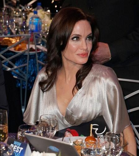Angelina Jolie toa sang hon tinh dich Jennifer Aniston tren tham do-Hinh-4