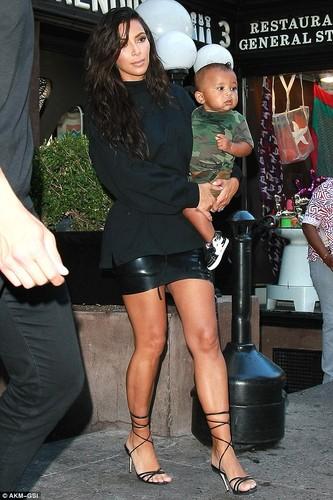 Vo chong Kim Kardashian dua hai con di mua sam-Hinh-2