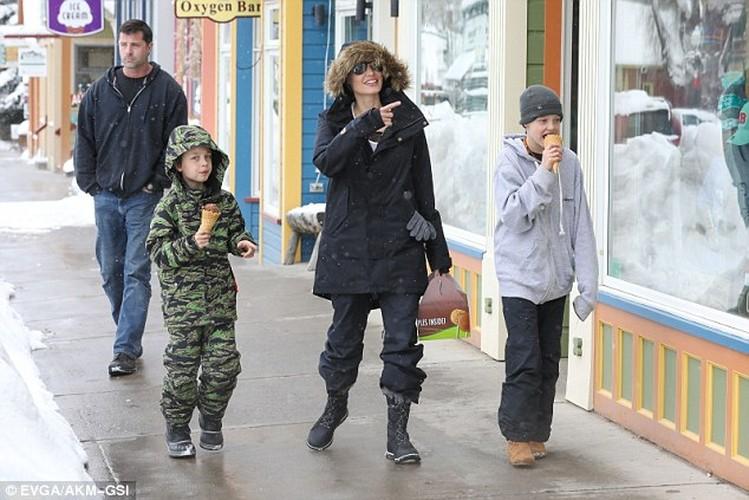 Angelina Jolie tuoi cuoi dua cac con di choi Tet-Hinh-2