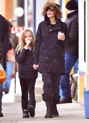 Angelina Jolie tuoi cuoi dua cac con di choi Tet-Hinh-3