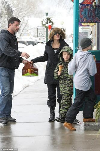 Angelina Jolie tuoi cuoi dua cac con di choi Tet-Hinh-4