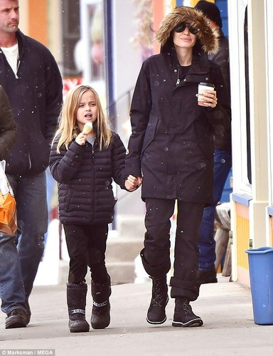 Angelina Jolie tuoi cuoi dua cac con di choi Tet