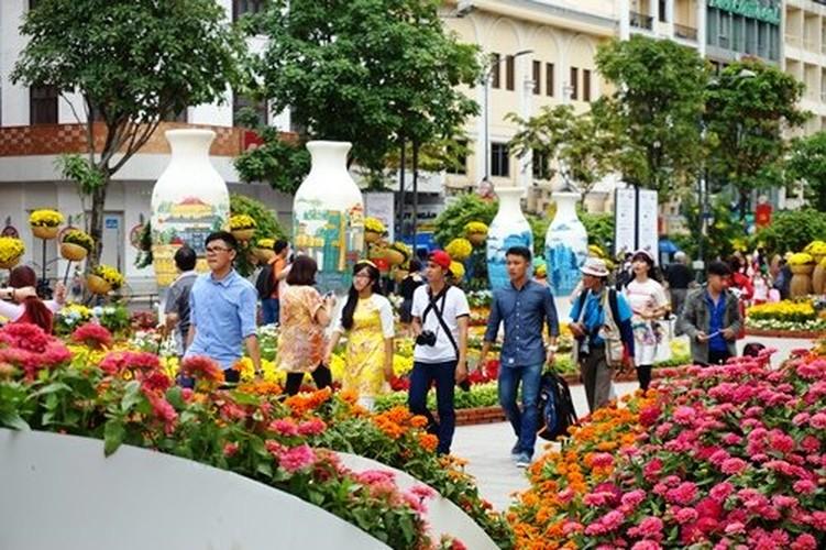 Hinh anh khong dep tren duong hoa Tet pho Nguyen Hue-Hinh-2