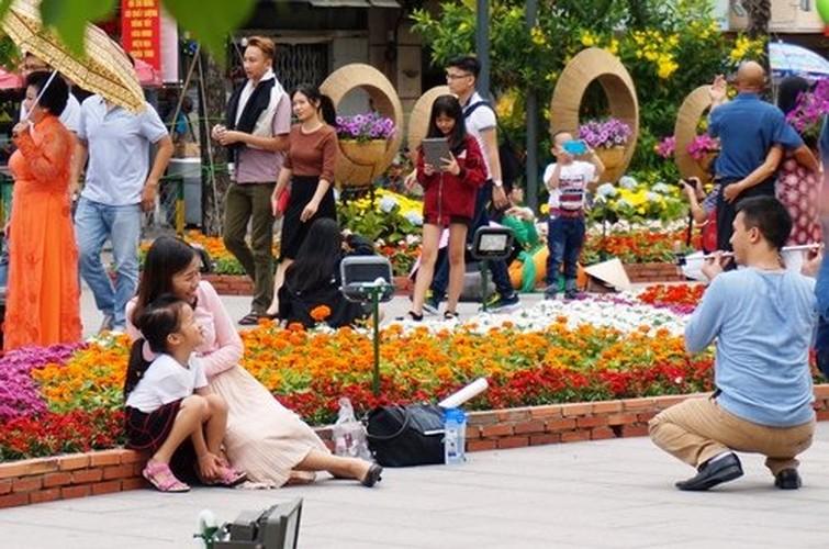 Hinh anh khong dep tren duong hoa Tet pho Nguyen Hue-Hinh-4