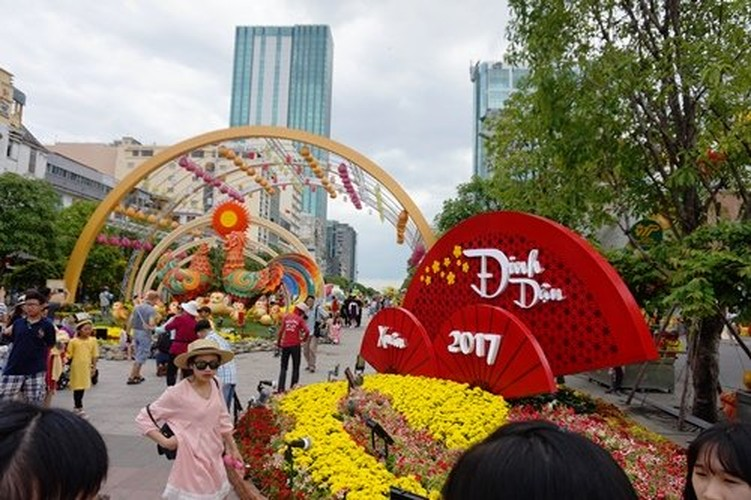 Hinh anh khong dep tren duong hoa Tet pho Nguyen Hue